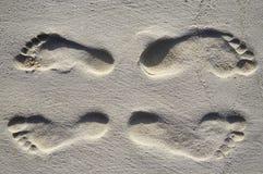 Vier voetstappen op een strand Stock Fotografie