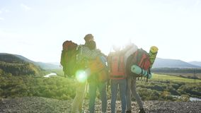 Vier vrienden die selfie op de bergachtergrond maken stock footage