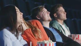 Vier vrienden in een samengesteld meningsperspectief stock footage