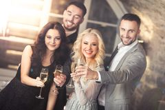 Vier vrienden het vieren Royalty-vrije Stock Afbeelding