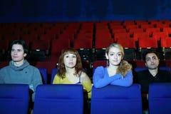 Vier vrienden letten op film in bioskooptheater Royalty-vrije Stock Foto's