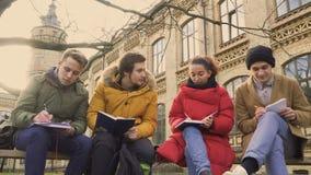 Vier vriendenstudenten bespreekt de examens stock videobeelden