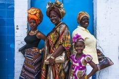 Vier vrouwelijke celebranten van Emancipatiedag stellen tegen een muur op Picadilly-Straat, Haven - van - Spanje, Trinidad op Ema Stock Foto