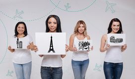 Vier vrouwen die en over het bezoeken van beroemde plaatsen glimlachen dromen Royalty-vrije Stock Afbeeldingen