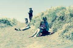 Vier vrouwen in duinen op Muriwai-Strand Stock Fotografie