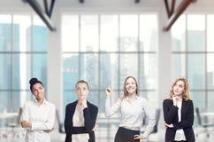 Vier vrouwen in een bureaubrainstorming Royalty-vrije Stock Foto