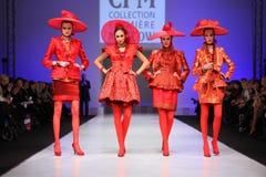 Vier vrouwen in rood kostuum van S.Zaytzev royalty-vrije stock fotografie