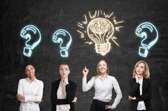 Vier vrouwenuitwisseling van ideeën Zwarte muur pictogrammen Stock Foto