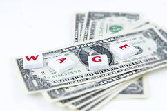 Vier wühlen die Fliesen, die über die Dollarscheine gesetzt werden Stockfoto