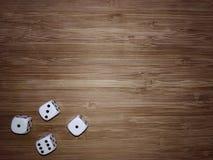 vier Würfel auf einem Holztisch lizenzfreie stockfotos