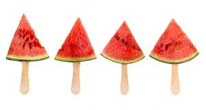 Vier Wassermelonenscheibeneis am stiel lokalisiert auf weißem, neuem Sommerfruchtkonzept lizenzfreies stockfoto
