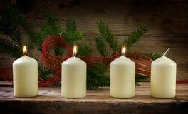 Vier weiße Kerzen, drei von ihnen brennend auf der dritten Einführung, d Stockbilder
