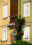 Vier weiße Mittelmeerfenster Stockbilder