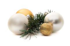 Vier Weihnachtskugeln und eine Kiefer Lizenzfreies Stockbild