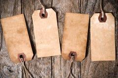 Vier Weinlese-Papieraufkleber mit Schatten auf Holz Stockbilder