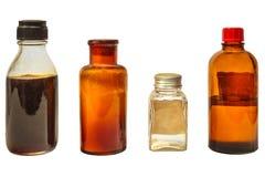 Vier Weinlesemedizinflaschen lokalisiert auf Weiß stockfotografie