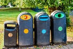 Vier Wiederverwertungsbehälter im Stadtpark Lizenzfreies Stockbild