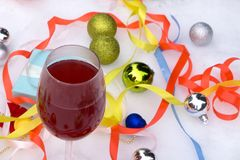Vier wijnglazen en rode bogen door de lichten van de Kerstmisboom Stock Afbeelding