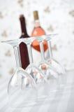 Vier Wijnglazen en Twee Flessen van de Wijn Royalty-vrije Stock Foto's