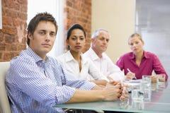 Vier Wirtschaftler im Sitzungssaal Lizenzfreies Stockbild
