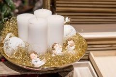 Vier witte kaarsen op de plaat met engelen Royalty-vrije Stock Fotografie