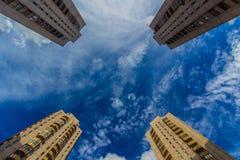 Vier Wohntürme, die oben schauen Stockbilder
