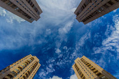Vier woontorens die omhoog eruit zien Stock Afbeeldingen