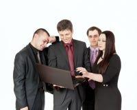 Vier zakenlieden dichtbij laptop op zaken spreken Royalty-vrije Stock Afbeeldingen