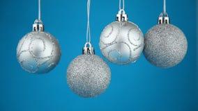 Vier zilverachtige Kerstmisballen stock video
