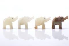 Vier zwergartige Elefantstatuetten stockfoto