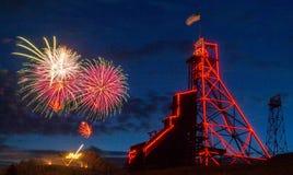 Vierde Juli-Vuurwerk over Anselmo Mine Head Frame Butte, MT royalty-vrije stock afbeelding