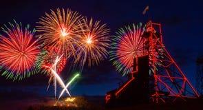 Vierde Juli-Vuurwerk over Anselmo Mine Head Frame Butte, MT stock afbeeldingen