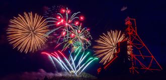 Vierde Juli-Vuurwerk over Anselmo Mine Head Frame Butte, MT royalty-vrije stock fotografie