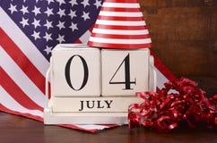 Vierde van de uitstekende houten kalender van Juli met vlagachtergrond Royalty-vrije Stock Afbeeldingen