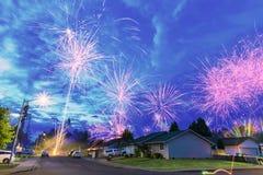 vierde van Juli-Vuurwerk bij nacht in de buurt royalty-vrije stock foto's