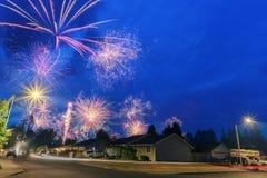 vierde van Juli-Vuurwerk bij nacht in de buurt royalty-vrije stock afbeeldingen