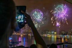 vierde van Juli-Vuurwerk over NYC stock foto's