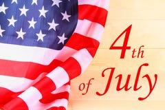 vierde van teksten van de de Onafhankelijkheidsdag van juli de Gelukkige op de vlag van de Verenigde Staten van Amerika royalty-vrije stock afbeelding