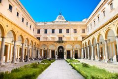 Viereck der juristischen Fakultät, Universität von Palermo sizilien lizenzfreie stockfotografie