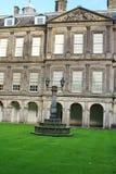 Viereck im Holyrood-Palast in Edinburgh, Schottland stockfotos