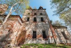 Viereck verließ russischen Tempel mit alten Eisentoren und -fenstern lizenzfreies stockfoto
