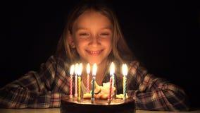 Vieren de de Partij Blazende Kaarsen van de kindverjaardag in Nacht, Jong geitje met Cake in Dark stock videobeelden