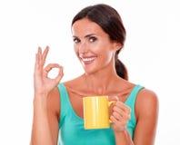 Vierende donkerbruine vrouw met koffiemok Stock Foto