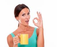 Vierende donkerbruine vrouw met koffiemok Royalty-vrije Stock Fotografie