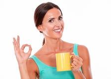 Vierende donkerbruine vrouw met koffiemok Stock Afbeelding