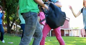 Vierende en studenten die samen lopen springen stock footage