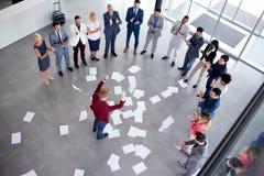 Vierende leider voor succesvol groepswerk met werknemers stock foto's