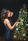 Vierende vrouw Vakantiemensen Mooi Meisje met Aanwezige het Goud van de Make-upholding Royalty-vrije Stock Fotografie