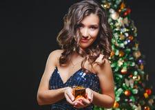Vierende vrouw Vakantiemensen Mooi Meisje met Aanwezige het Goud van de Make-upholding Royalty-vrije Stock Afbeelding