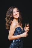 Vierende vrouw Vakantiemensen Mooi Meisje met het perfecte Glas van de Make-upholding van Champagne Royalty-vrije Stock Afbeeldingen